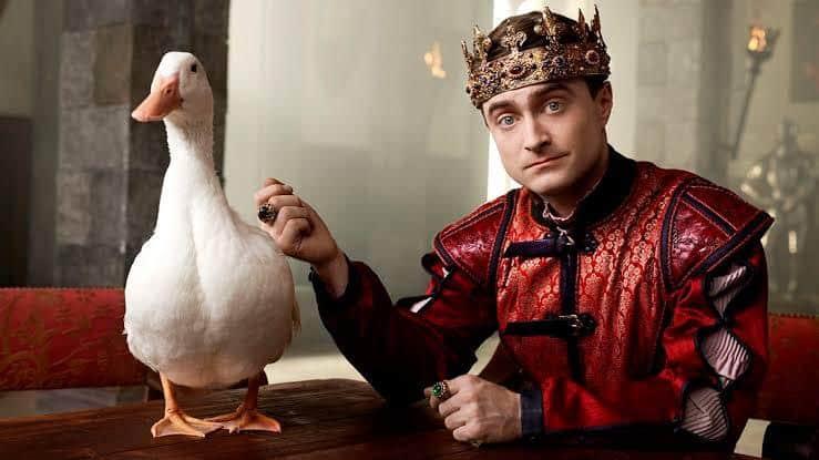 Daniel Radcliffe em cena de Miracle Workers, série de comédia em que interpreta um anjo que tenta convencer Deus a não destruir a Terra