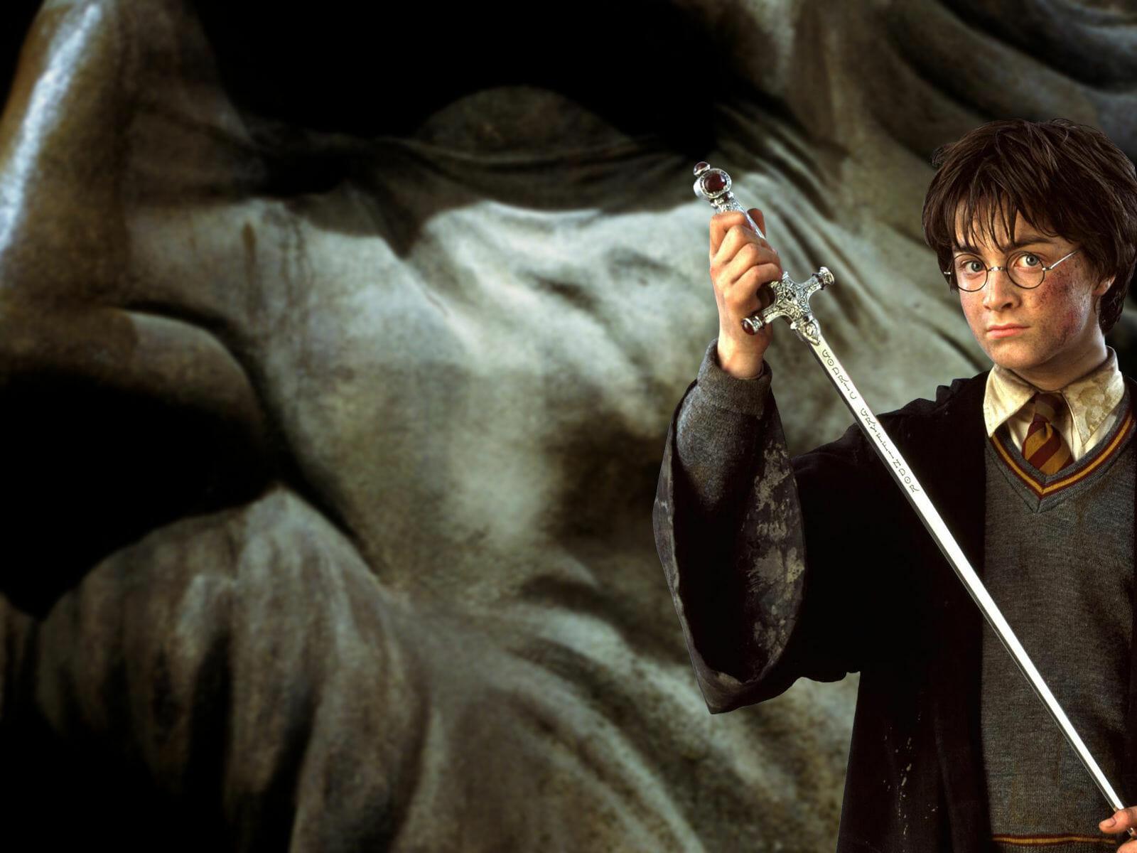 Harry Potter segura a espada de Godrigo Grifinória.